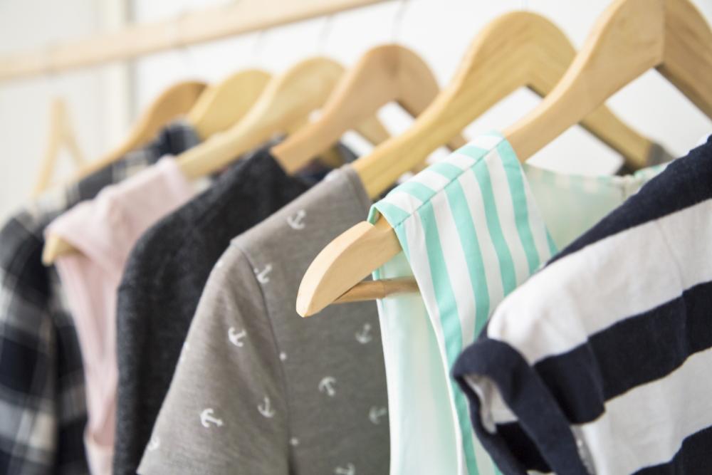 Kleiderschrank ausmisten aussortieren entrümpeln aufräumen anleitung step by step Ordnung reinigen Kleidung Schlafzimmer Wohnung